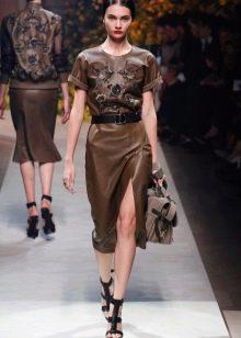 Аксессуары к коричневому кожаному платью