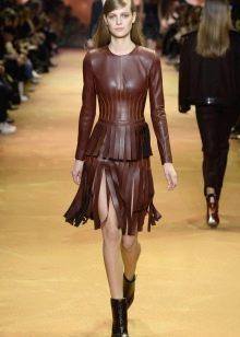 Обувь к коричневому кожаному платью с рукавами