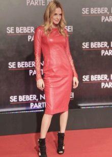 Черная обувь к розовому кожаному платью
