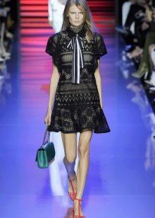 Черное кружевное платье с зелеными аксессуарами