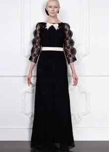 Черное кружевное платье с белым поясом