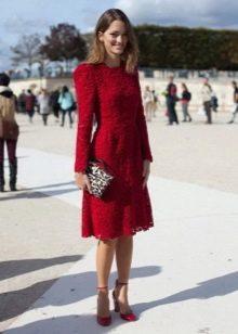 Красное кружевное платье с леопардовй сумкой