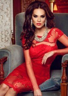 Красное кружевное платье с серебряными украшениями