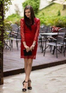 Красное кружевное платье с черными аксессуарами