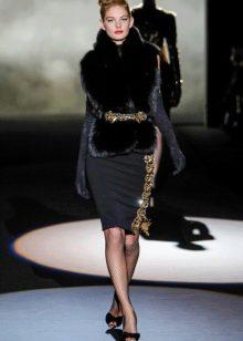 Меховый жилет к черному платью-футляру