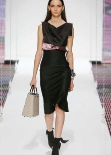 Платье миди прямое с розовыми аксессуарами