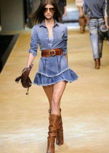 Коричневые аксессуары к джинсовому платью-рубашке