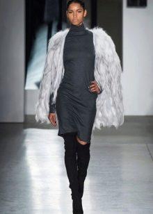 Перьевой пиджак к серому платью