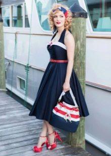 Красные аксессуары к бело-синему платью
