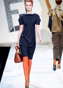 Оранжевые колготы к синему платью