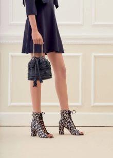 обувь с принтом к синему платью