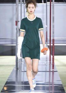 Кеды к короткому спортивному зеленому платью