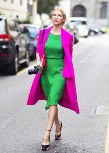 Зеленое платье с сиреневым пальто