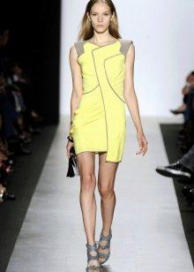 Серая обувь к желтому платью