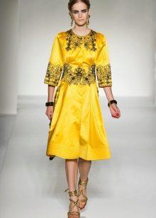 Золотистые украшения к желтому платью
