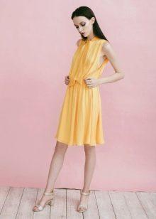 Бежевая обувь к желтому платью
