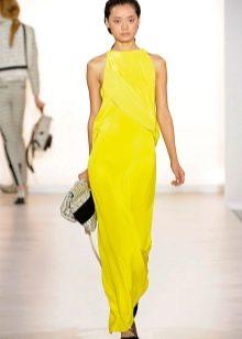 Черные аксессуары к вечернему желтому платью