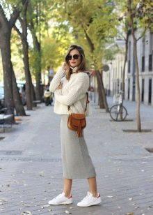 Трикотажная серая юбка карандаш с кроссовками