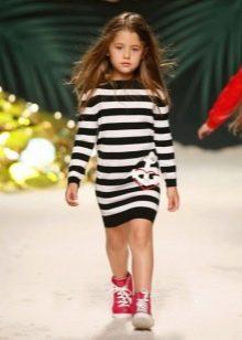 Трикотажное зимнее платье для девочки в полоску
