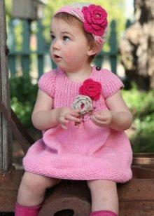 Вязаное платье для девочки спицами розовое