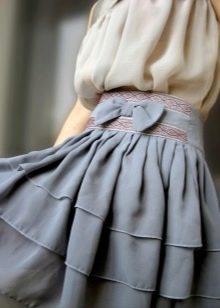 серая шифоровая юбка с воланами