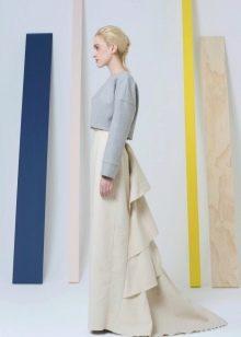 белая юбка прямого кроя с вертикальным воланом