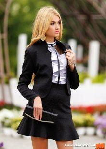 короткая юбка с воланом в деловом образе