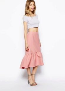 Асимметричная юбка розового цвета с воланом