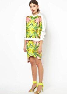 Асимметричная юбка с ярким принтом