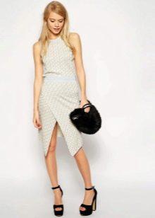 Асимметричная юбка и необычная сумочка
