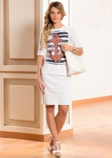 белая юбка-карандаш и майка с морским принтом