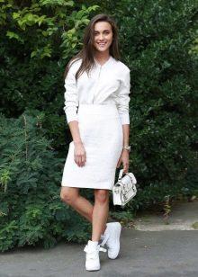 белая юбка-карандаш с кроссовками