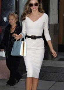 белая юбка-карандаш  с черным ремнем