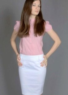 белая юбка-карандаш с розовой блузкой