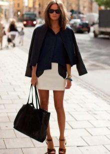 белая юбка-карандаш с черной кожаной курткой