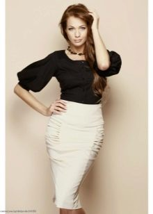 белая юбка-карандаш и блузка с пышным рукавом
