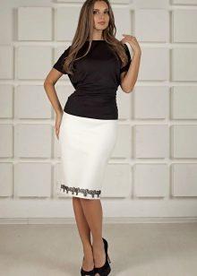 белая юбка-карандаш с расшитым подолом