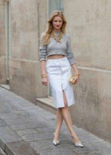 белая юбка-карандаш  с коротким серым свитером