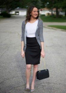Черная юбка карандаш в сочетание с туфлями-лодочками