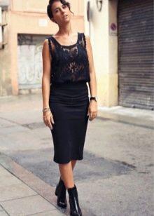 Черная юбка карандаш в сочетание невысокими ботинками на каблуке