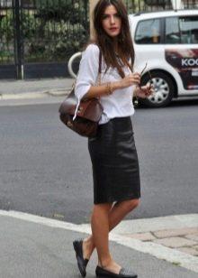Черная юбка карандаш в сочетание с белой свободного кроя кофточкой