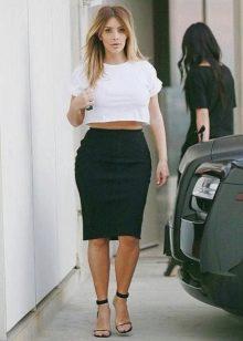 Черная юбка карандаш в сочетание с белым кроп-топом