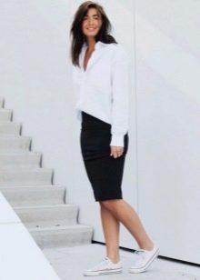 Черная юбка карандаш в сочетание с белой рубашкой на выпуск