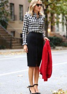 Клетчатая черно-белая рубашка к черной юбке карандаш