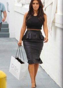 Черная юбка карандаш из кожи с баской