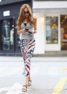 Длинная юбка карандаш в сочетание с сандалиями