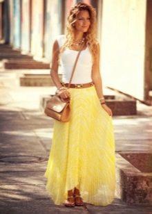 Длинная юбка полусолнце в сочетании с сандалиями