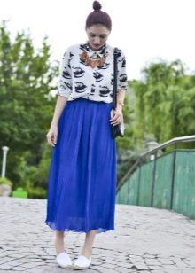 Длинная юбка полусолнце в сочетании с макасинами