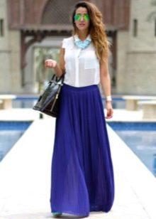 Длинная синяя юбка полусолнце с белой блузой и аксессуарами