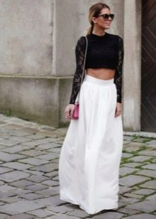 Длинная белая юбка полусолнце в сочетании с черным топом